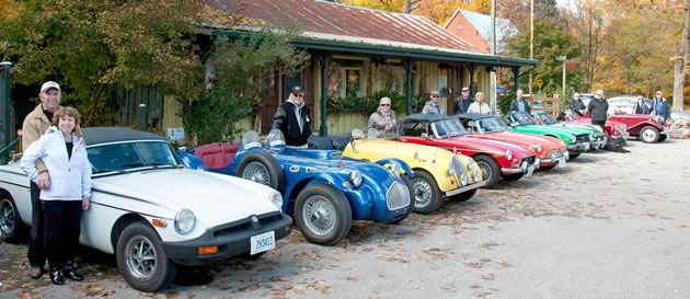 1977 MGB Roadster, Mike Davies, Diane Heavens; 1954 Allard, Alan Sands; 1967 Morgan Plus 4, Marlies Sands; and other members of HBCC at Mono Cliffs Inn. Photo by Pete Paterson.