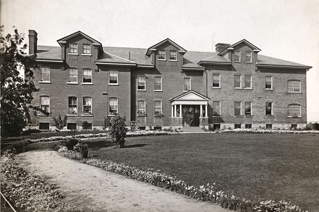 Peel-Halton House of Refuge, Chinguacousy Township, c.1910. Peel Art Gallery, Museum and Archives PN20 08 _ 0 0714.