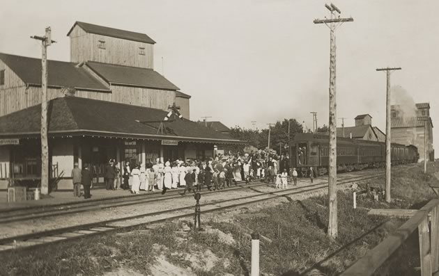 Soldiers and their loved ones say goodbye at the Shelburne railway station, 1914. Photo Courtesy Dufferin County Museum And Archives P-0009.