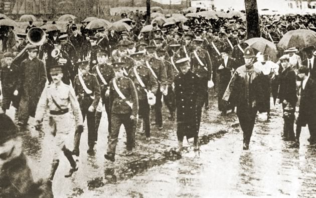 In August 1914, among the first of many thousands, men of the 36th Peel march in Toronto to the train that will take them to Quebec to prepare for duty overseas. Peel Art Gallery, Museum and Archives.