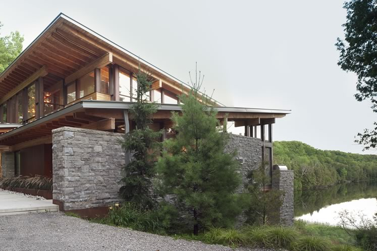 A modern retreat melds seamlessly with its natural setting. Photography © Ben Rahn / A-Frame.