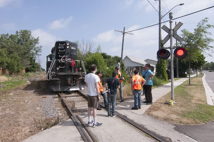On the final run of the Cando Rail Services locomotive on June 29, the train pauses in Streetsville where engineer Steve Bradley and conductor Steve Thomas reminisce with railfans and allow them to take photos to mark the occasion. Photo by Warren Schlote.